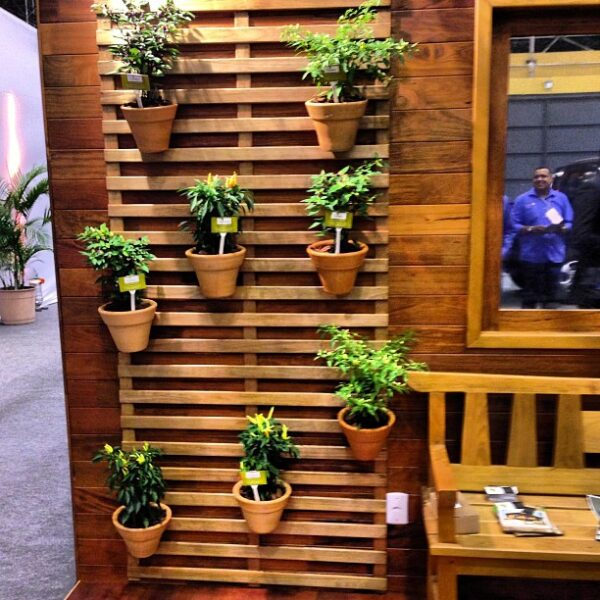 deck com gradil para jardim vertical