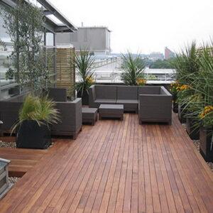 varanda com deck de madeira
