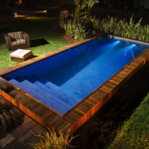 piscinas e jardins com deck de madeira