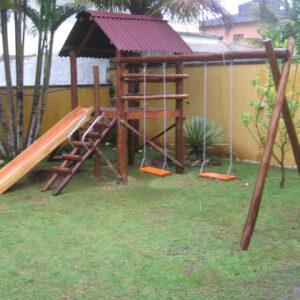 playground de madeira com escorregador