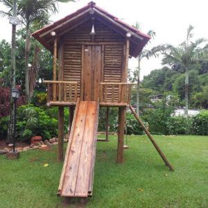 playground de madeira com casa