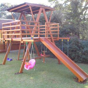 playground de madeira com casinha