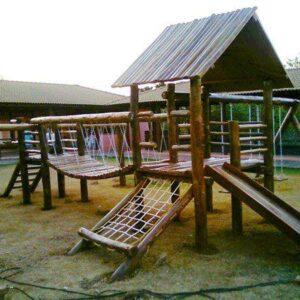 playground de madeira com ponte