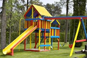 playground de madeira infantil colorido